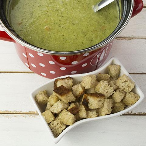 Brokolijeva juha s česnovimi krutoni