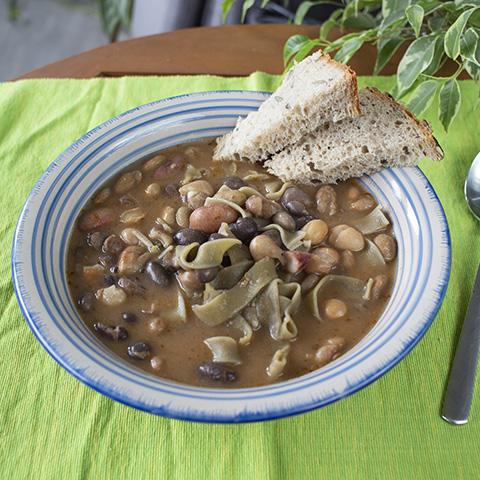 Fižolova juha z rezanci